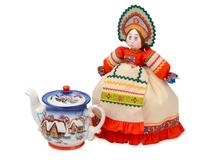 Подарочный набор Деревенские вечера: кукла на чайник, чайник заварной с росписью, разноцветный фото