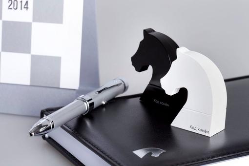 Ручка с проекцией из серии Ход конем фото
